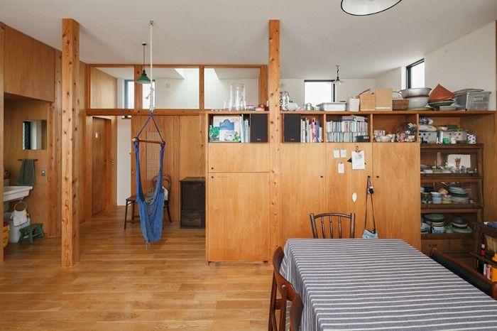 造作の間仕切り収納には、テレビなどの家電も収納。棚の向こう側は、畳コーナーになっている。