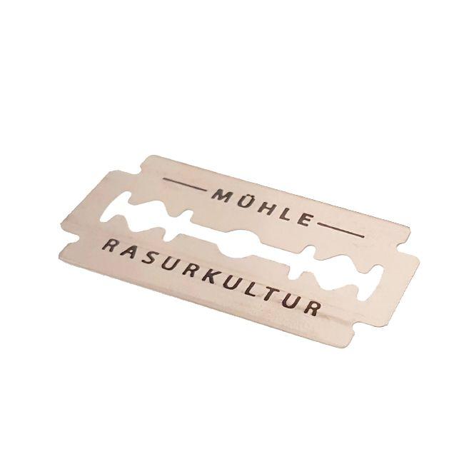 Обоюдоострые лезвия для безопасной бритвы, платинированная нержавеющая сталь. Лезвия подходят для всех Т-образных бритв. В упаковке - диспенсере 10 лезвий, каждое в индивидуальном бумажном конверте. Острота лезвия: мягкая/средняя, рекомендуется как для начинающих, так и для опытных пользователей.