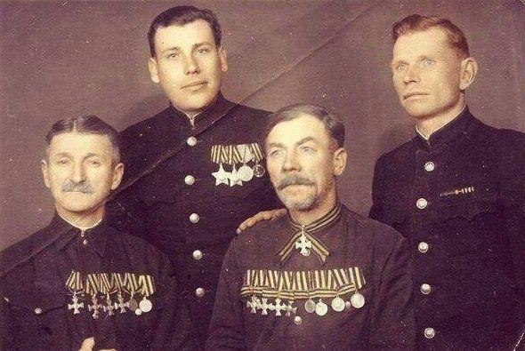 Солдаты Русской императорской армии с сыновьями, солдатами Советской армии. 1948 г.