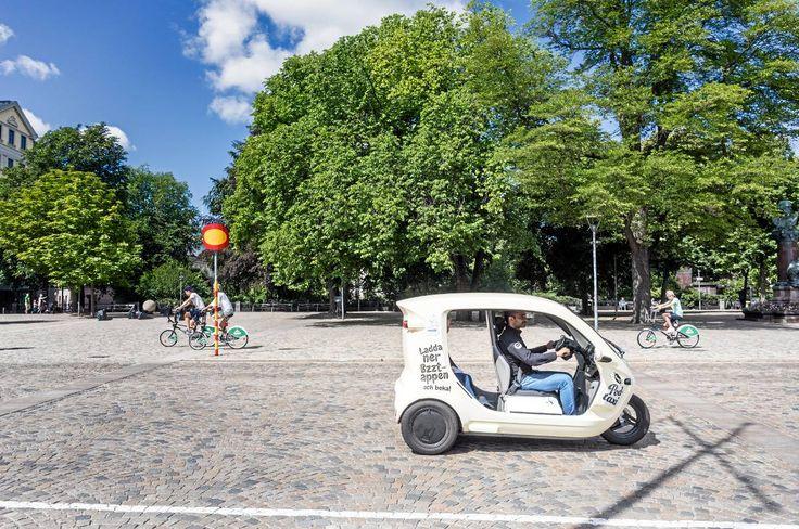 Poddtaxibolaget Bzzt har väckt uppmärksamhet i Stockholms-sommaren – och nu siktar de små eldrivna trehjulingarna på att bli en del av kollektivtrafiken. Men några tänkta resenärer är skeptiska. – Jag trodde det var ett skämt, säger Växjöbon Charlotta Nylander.