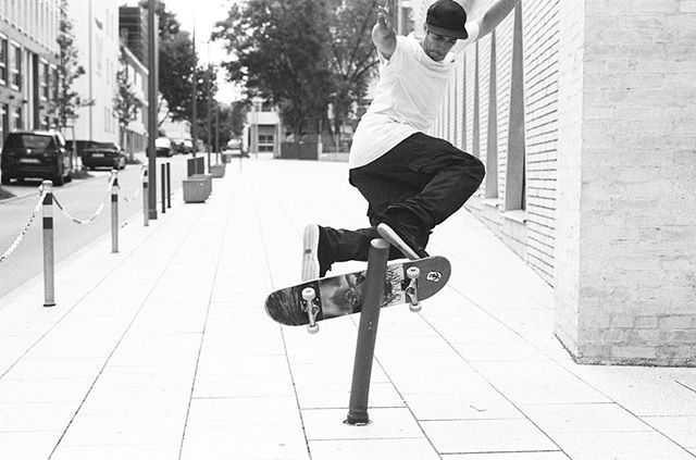 Timing is everything  & ♻️ @drthermos #robmathieson #mikecarroll @furrycalamari , Stuttgart, #35mm (backlip or frontboard ) #sidewalkmag