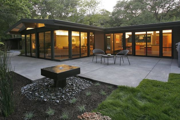 A mid-century modern residence was completely remodeled by the team of Studio Bergtraun, AIA Architects and Hart Wright Architects, who preserved the best of it's 1950s features. Photo: Liz Rusby / SF