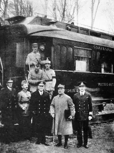 em 11/11/1918, dentro do Vagão n° 2419 D, pertencente ao Marechal Francês…