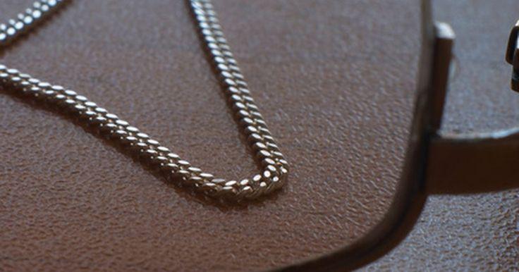 Tipos de eslabones de plata fina. Las cadenas de plata fina se encuentran en una variedad de diseños, son bonitas, y son una alternativa económica al oro. Los diferentes largos y diseños de las cadenas pueden ser puestos en capas unos con otros para un look con clase y a la moda. Alternativamente, una sola cadena puede ser utilizada para un look simple y elegante. Más allá del ...