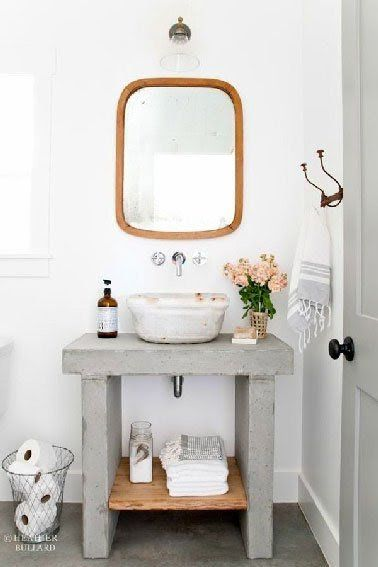 Un plan vasque sobre et élégant en béton brut et bois à faire soi-même qui peut aussi se placer dans les WC