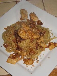 nouilles chinoises sautees au poulet à l'ail et au sesame