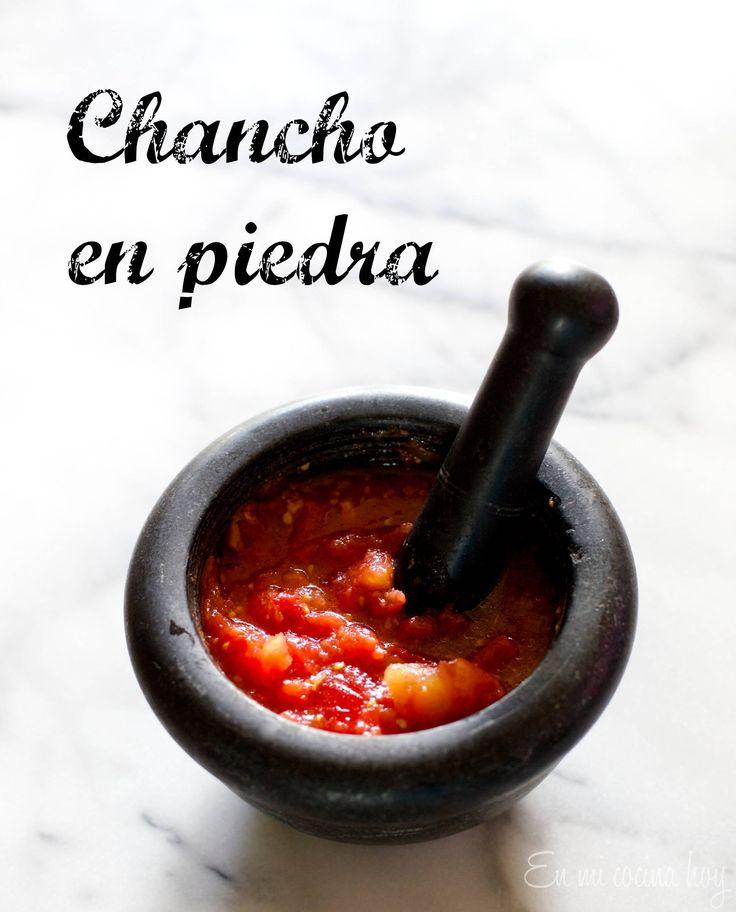 Esta receta de chancho en piedra es la clásica chilena, hecha en mortero y sopeada con pan amasado. Un delicioso clásico del verano, con tomates maduros.