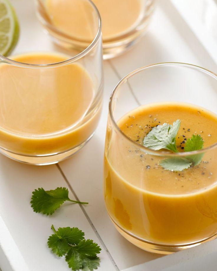 Geef je wortelsoep een Oosterse twist, met kokosmelk, gember, curry en koriander, een heerlijke combinatie!