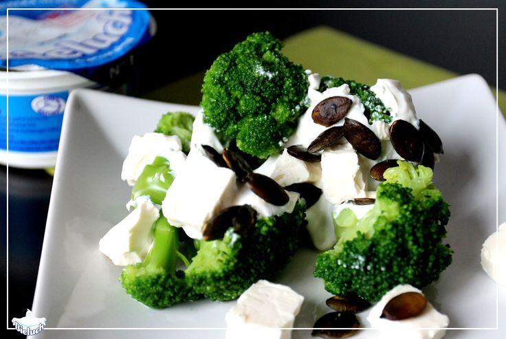 Sałatka z brokuł i Bielucha: brokuły (mogą być mrożone) serek Bieluch ser feta ząbek czosnku sól pieprz do smaku pestki dyni  Brokuł podzielić na cząstki i lekko obgotować. Ser feta odcedzić z zalewy, pokroić w kostkę. Pestki dyni uprażyć na patelni. Do serka Bieluch dodać rozgnieciony ząbek czosnku, sól i pieprz. Tak przygotowanym sosem polać brokuły, posypać kostkami sera feta i pestkami dyni.