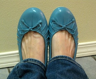 Spray painted shoes: I might have to try this with some garage sale shoes!