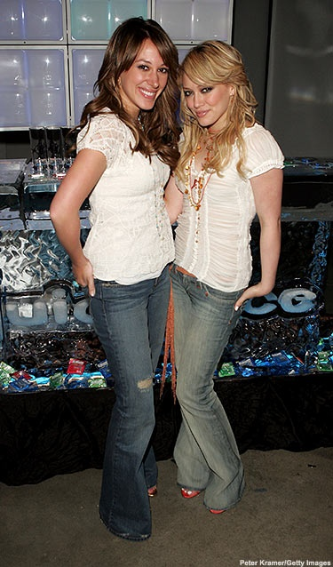 Sisters Haylie Duff (L) and Hilary Duff