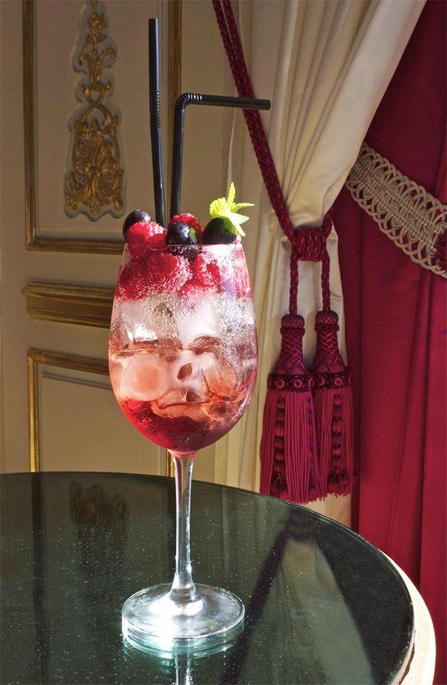 """Glamour, parfumé et frais, le cocktail """"Santa Claus"""" est disponible à la Rotonde durant tout le mois de décembre 🍹🎄 #Cocktail #Framboise #Champagne #Cognac *** Glamour, fragrant and fresh, the """"Santa Claus"""" cocktail is available at La Rotonde during the month of December 🍹🎄 #Cocktail #Raspberry #Champagne #Cognac"""