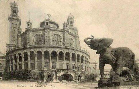 Le palais du Trocadéro a été construit pour l'Exposition Universelle de 1878 par l'architecte Gabriel Davioud et a été également pour l'Exposition Universelle de 1889.  Il a survécu jusqu'en 1937, date à laquelle on a construit l'actuel Palais de Chaillot pour l'Exposition Internationale des arts et techniques de 1937.