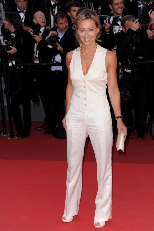 Anne Sophie Lapix lumineuse en tailleur.