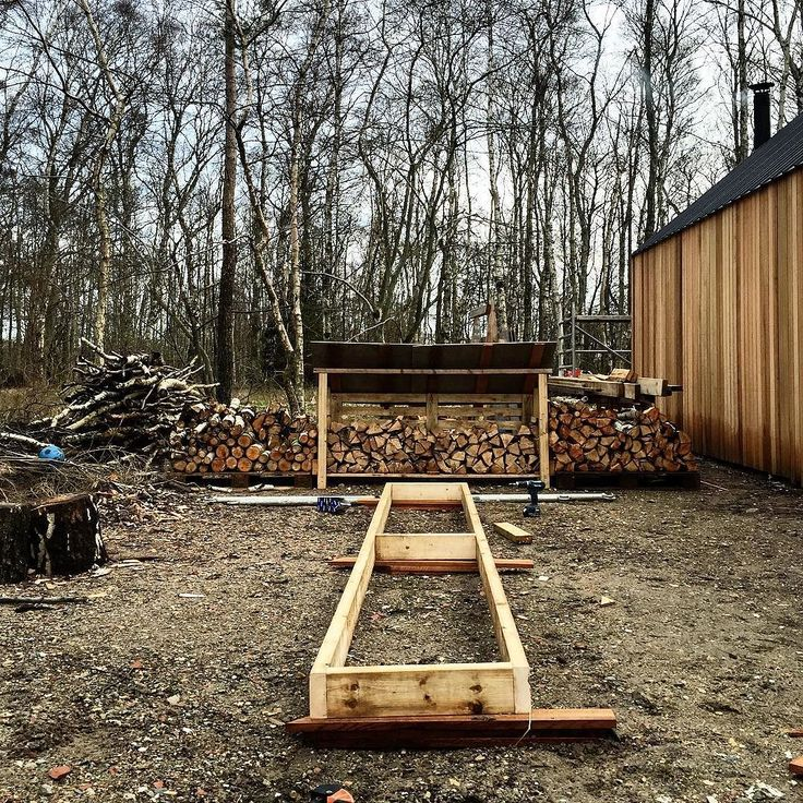 Side project coming up - we're building a temporary firewood storage rack so we can store the wood in a dry location. WE will only use leftover material that we have  lying around. So it is design as we build.  #barnhousecabin #cabin #cabinjournal #cabinporn #tinyhome #tinyhouse #tinyhousebuild #designbuild #intothewoods #quietplace #nordic #scandinavian #cedar #cedarcladding #cedar #cedarcladding #moelven #firewood #storage by barnhousecabin