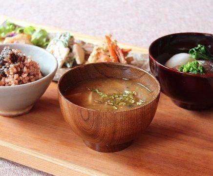 酵素玄米に味噌汁、香の物はたくあんとわさびの花のお浸し。 ごぼうと長ネギの味噌汁にふきのとうを刻んだものを散らしました。