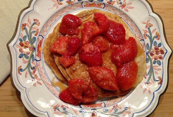 Recept voor pancakes van havermout met karnemelk en gemarineerde aardbeien. Heerlijk voor de zondagochtend!
