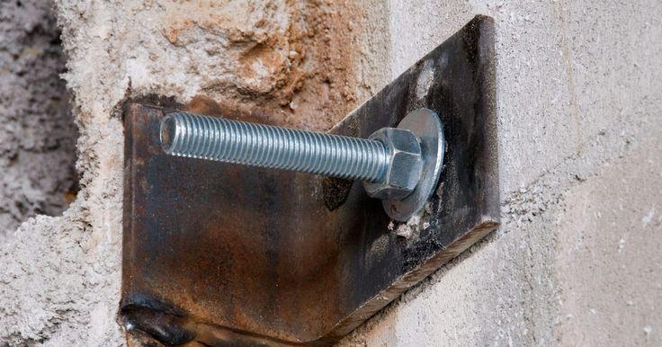 """Cómo unir la madera al cemento. Los constructores usan tornillos de anclaje de hormigón o anclajes de mampostería para fijar madera en superficies de cemento, tales como losas de hormigón y paredes. Para instalar los pernos de anclaje en superficies de mampostería curados, los constructores """"pegan"""" con epoxi el perno en un agujero con dos piezas de anclaje. Alternativamente, los ..."""