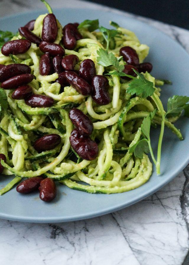 Spaghetti lavet af squash, vendt i guacamole og toppet med soyaristede…