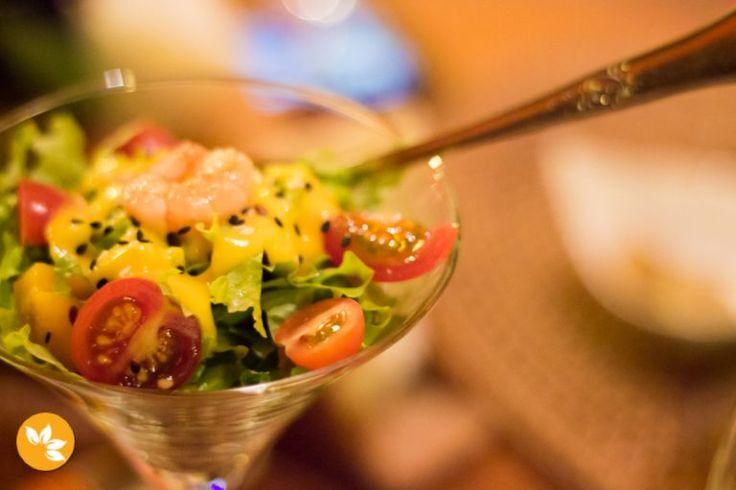 Restaurante Tigre Asiático na Praia do Rosa. Essa é a salada a Som Tum com folhas, camarão, tomate cereja, castanhas e gergelim.