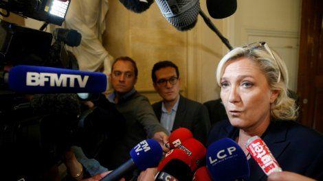"""La présidente du FN Marine Le Pen a déploré jeudi qu'""""En Marche choisi(sse) son opposition"""" à l'Assemblée nationale, et dit redouter qu'Emmanuel Macron """"finisse par se prendre définitivement pour Jupiter""""."""
