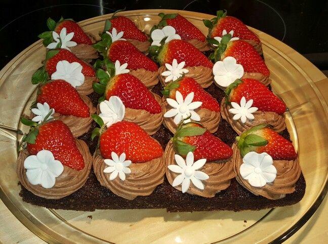 Cola-kage med chokoladecreme, friske jordbær og fondant blomster
