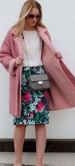 """Красивое пальто спицами  Мега-красивое и супер-модное пальто цвета """"пудра"""" связано спицами. Пальто связано на толстых спицах №6 узором """"рис"""". Узор """"рис"""" представляет собой чередование лицевых и изнаночных петель, расположенных в шахматном порядке. С таким узором с легкостью справится любая вязальщица. Пальто вяжется достаточно быстро. Но на такое пальто вам потребуется около 1200 грамм пряжи. Пальто двубортное и застегивается всего на две пуговицы. Пальто красиво смотрится как с джинсами и…"""