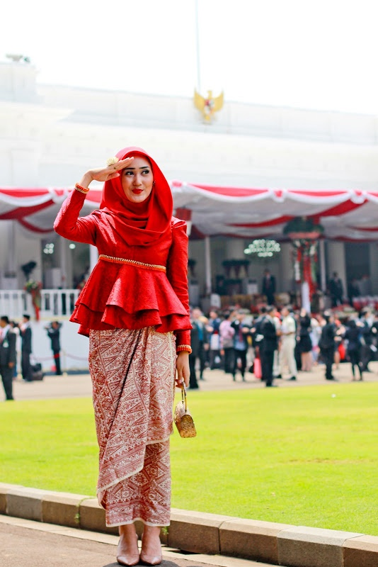 Dian Pelangi on Independence Day ceremony formal hijab traditional inspiration, as you can see she wear batik for the longskirt and a red lace fabric for modern kebaya looks.