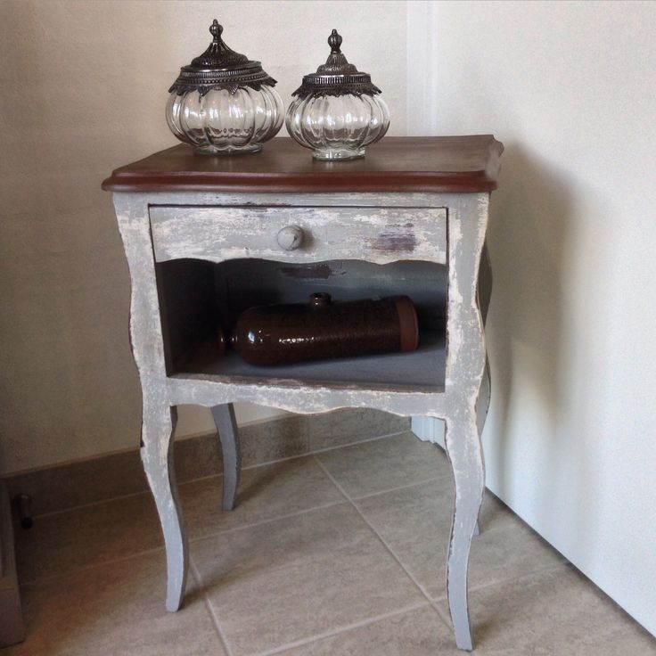 Little table paintet with Annie Sloan Chalk Paint™ Paris Grey and Old White. The top is a blend of Olive and Primer Red