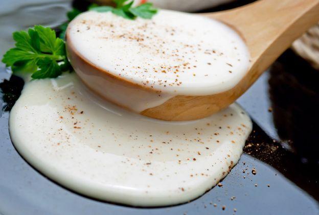 MOLHO BÉCHAMEL Um molho branco, quente preparado a partir de uma mistura de farinha e manteiga (roux), cozida com leite. A quantidade de manteiga e farinha deve ser igual e a quantidade de leite depende da consistência desejada. Deixa-se engrossar lentamente em fogo baixo, mexendo sempre. Depois colocamos pimenta do reino (de preferência branca para um molho mais suave) e noz moscada (opcional). Este molho é um clássico usado em lasanhas, croque-monsieur, endívias com presunto, gratinados.