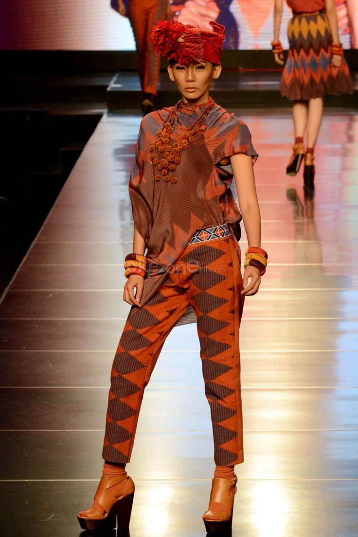 modern dress tenun Indonesia