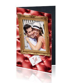 Hippe uitnodiging trouwfeest met een leuke foto van jullie samen, met daaronder JA! Maak zelf deze trouwkaart persoonlijk voor jullie trouwfeest, de gehele buitenkant van de kaart heeft een trendy rode chesterfield look. De binnenkant is van zwart hip krijtbord voorzien. Trendy design trouwkaart van Luckz,