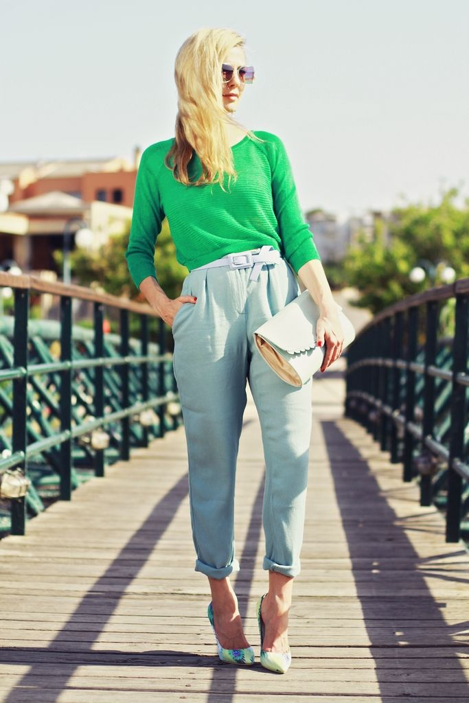 green cropped top, high waist pants, pointed heels, summer look, bright colors