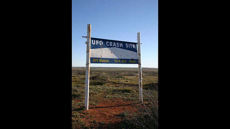 Wie alles begann-Im Jahr 1947 stürzte bei Roswell in New Mexico ein unbekannter Flugkörper ab. Augenzeugen berichten von Schrottteilen und Bruchstücken – Herkunft unbekannt. Ufologen sind sich einig: Hier vertuscht die amerikanische Regierung den Absturz einer fliegenden Untertasse. In den 1970er Jahren heißt es sogar, es gäbe überlebende Außerirdische, die in die berühmt-berüchtigte Area 51 gebracht worden seien und dort eingeschlossen wären.