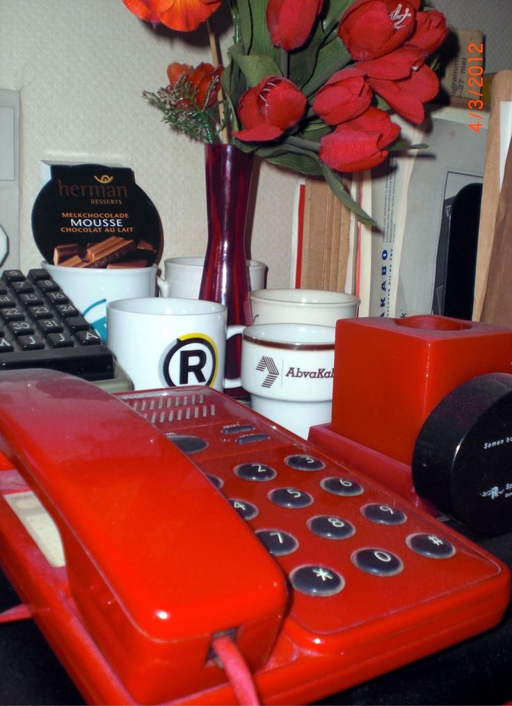 telefoon, kaars en (kunst)bloemen
