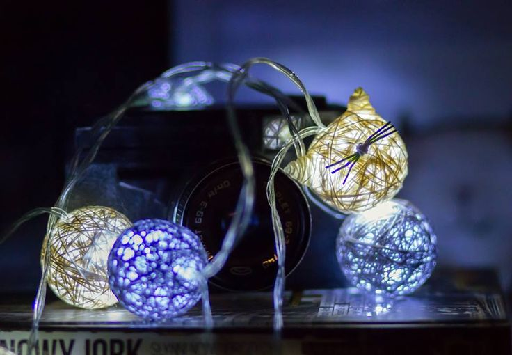 Kocie cottonballsy z Kota w worku, wykonanie Szuruburu Design, zdjęcie Inblue Photo Anna S. #koty #cats #catslovers #lights #catsdesign #handmade #poland