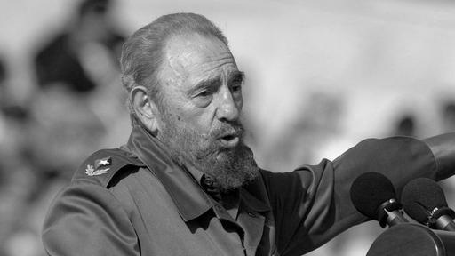 Kubas legendärer Revolutionsführer Fidel Castro ist gestorben. Er wurde 90 Jahre alt. Fidel Alejandro Castro Ruz  (* offiziell 13. August 1926, tatsächlich 13. August 1927 in Birán bei Mayarí, Provinz Oriente; † 25. November 2016 in Havanna) war ein kubanischer Revolutionär und Politiker spanischer Abstammung. Er war unter anderem Regierungschef, Staatspräsident und Vorsitzender der Kommunistischen Partei Kubas.