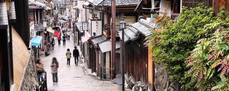 Avec ses maisons traditionnelles préservées, Gion est un quartier mythique de Kyoto, qui fut la capitale du Japon pendant plus de 1000 ans. Edifié durant le Moyen Âge à côté du sanctuaire de Yasaka, l'endroit est réputé pour ses geishas - #easyvoyage #easyvoyageurs #clubeasyvoyage #terresdevoyages #travel #traveler #traveling #travellovers #voyage #voyageur #holiday #tourism #tourisme #evasion #japon #japan #kyoto #asie #asia #gion #geisha