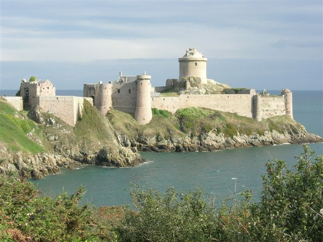 Fort-la-Latte est situé en face du cap Fréhel. Il est l'un des plus célèbres châteaux bretons sur la commune de Plévenon cotes d'Armor Bretagne France