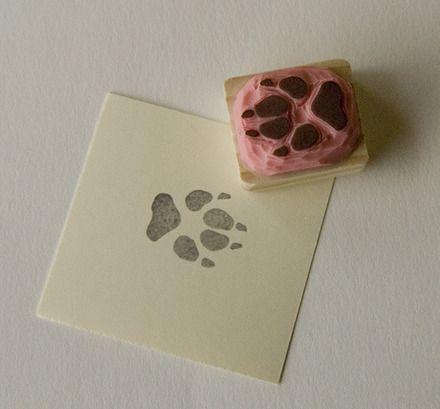 Tampon gravé à la main. Chacun est gravé individuellement et comporte de petites différences. La surface gravée est en vinyle résistante et il est monté sur un support en pi - 18974920