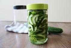 Met deze komkommer zijn wij opgegroeid. Onze oma maakte dit namelijk altijd voor ons. Lekker om van te snoepen! Meng de azijn, water, suiker en de zout..