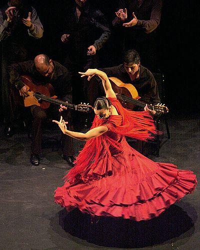 En España, las tierra del flamenco es un baile muy famosa en España, y es un parte importante en la cultura de España. Las personas que bailan necesitan muy rápido.