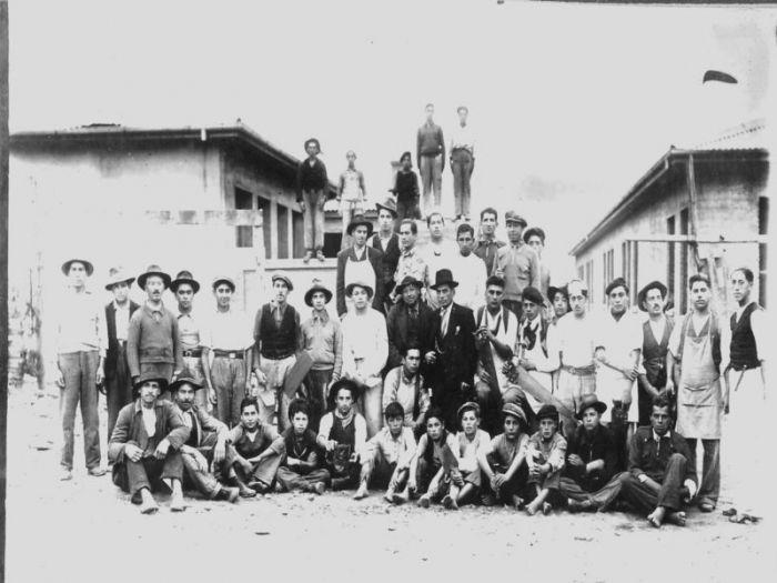 Los amigos de En Terreno Chile son unos expertos en buscar y encontrar imágenes de archivo. Aquí tenemos nada más y nada menos que 40 fotos de nuestro Chile de antes, la mayoría de ellas, de Santiago. Disfruta este viaje en el tiempo....