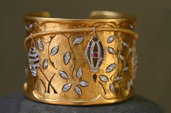 Manchette en or jaune 22 carats, platine, diamants et rubis pour la mère de Snow White, interprétée par Liberty Ross