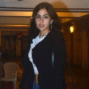 Tampil Serba Hitam Sara Khan Makan Malam di Rumah Kareena Kapoor