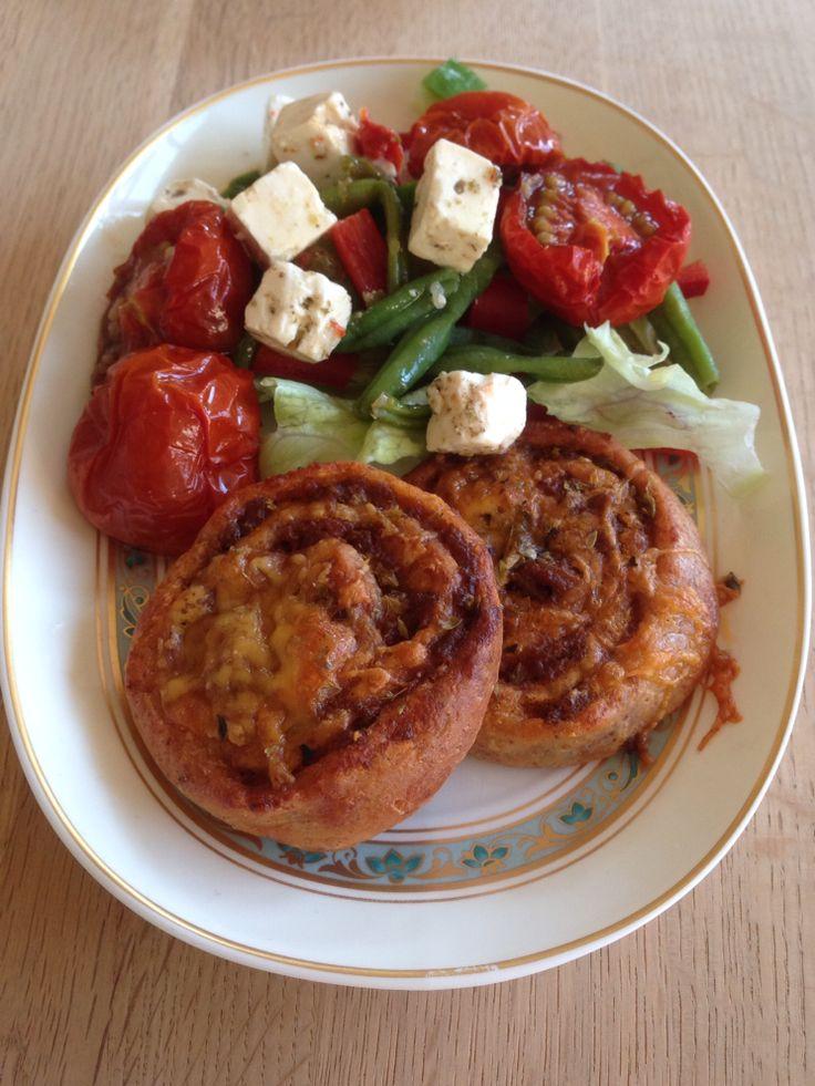 CDJetteDC's LCHF: Fasthead pizzasnegle - LCHF  Fathead pizza er kommet helt frem i rampelyset. Her er den som pizzasnegle. Og det ér en helt unik opskrift, der giver en helt anden bund, end den I kender fra f.eks. blomkålspizzaen. Prøv den!  Se mine pizzasnegle her: http://cdjettedcs.blogspot.dk/2014/04/fasthead-pizzasnegle-lchf.html