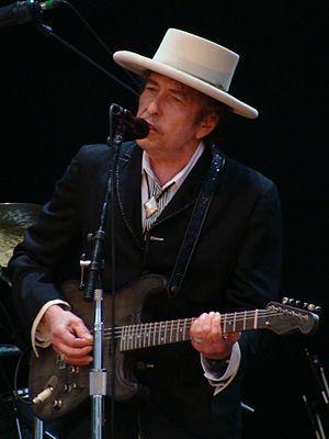 """Bob Dylan - """"for having created new poetic expressions within the great American song tradition""""[1] Dylan foi agraciado por ter """"criado novas expressões poéticas dentro da grande tradicional canção americana"""". Além do título, o autor ganha também 8 milhões de coroas suecas (cerca de R$ 3,7 milhões). Aos 75 anos, Dylan é o primeiro americano a ganhar o prêmio desde Toni Morrison em 1993."""