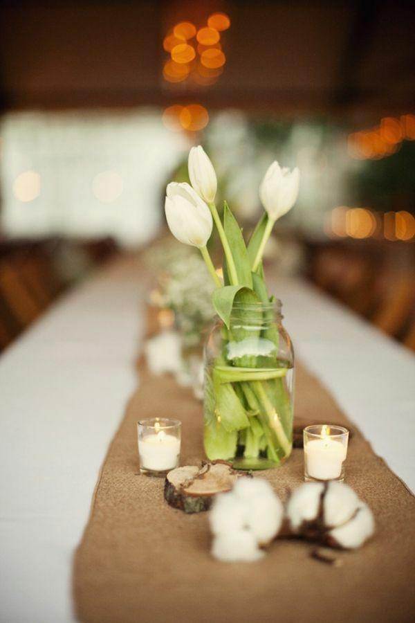 tischdeko rustikal kerzen tulpen tischläufer