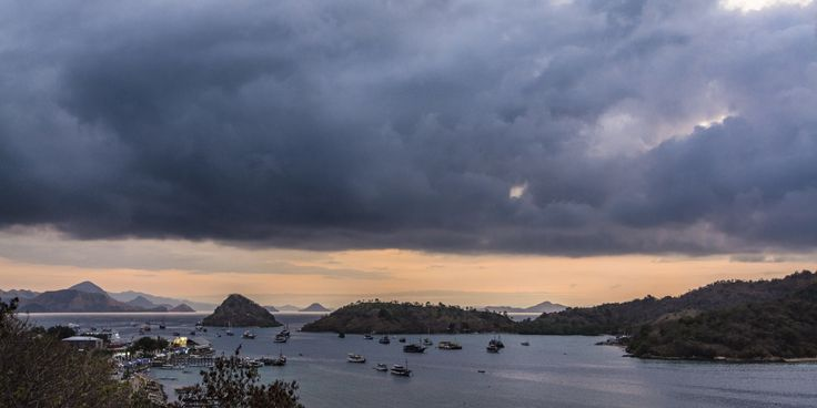 Labuanbajo Bay sunset - Drinking a beer at Paradise Restaurant with Denise... what else