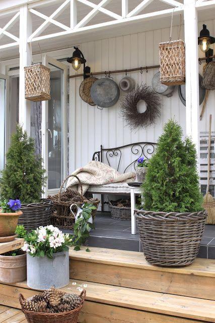 Rustic Porch Display - this is a pretty display, with very inexpensive ideas - Sjarmerende GJENBRUK ähnliche tolle Projekte und Ideen wie im Bild vorgestellt findest du auch in unserem Magazin . Wir freuen uns auf deinen Besuch. Liebe Grüße